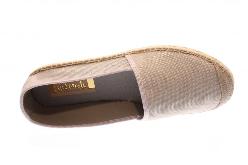 3e27847855299c Diese schlichte Espandrille von Vidorreta past wirklich zu jedem  Sommeroutfit! Das Fußbett ist sehr weich gepolstert. Die Vidorreta  Espandrillen werden alle ...